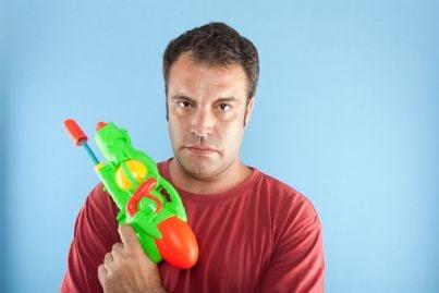 uomo con pistola giocattolo