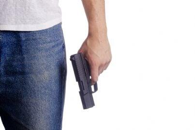 uomo che impugna pistola per legittima difesa