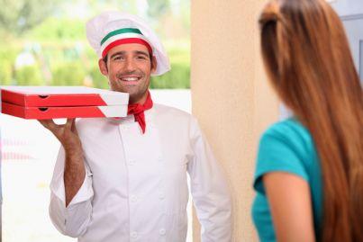 uomo consegna pizza a casa di una donna