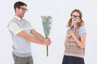 uomo regala mazzo di fiori ad una donna