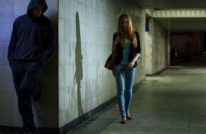 in un sottopassaggio un uomo segue una donna