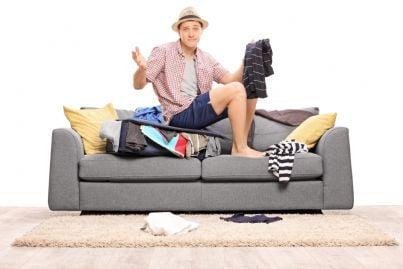 uomo solo divorziato vive su un divano