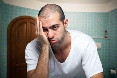 uomo stressato e stanco concetto stress di condominio
