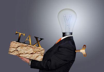 uomo debitore stressato da tasse
