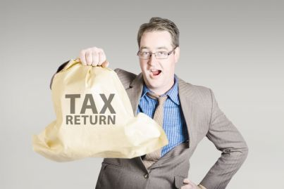 uomo con sacco di soldi per la restituzione delle tasse