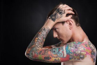uomo con molti tatuaggi sul corpo