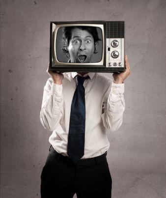 uomo con televisore in testa evoca concetto pagamento canone rai