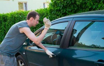 uomo tira un sasso contro finestrino auto