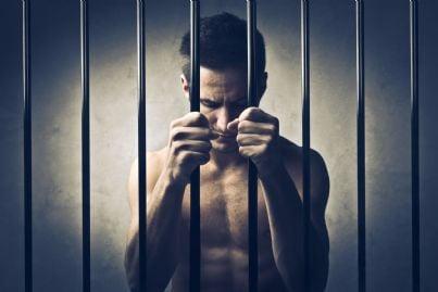 uomo triste in carcere