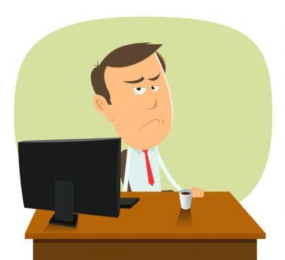 uomo triste lavora al computer