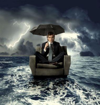 uomo triste su una poltrona in mezzo al mare concetto fallimento