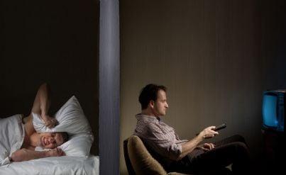 uomo non riesce a dormire per il rumore della tv alta del vicino