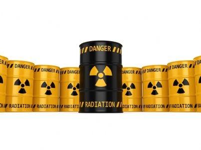 barili di uranio con segno di pericolo