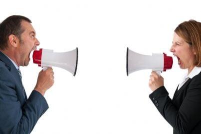 Due persone che urlano con megafono