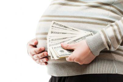 utero in affitto donna incinta che prende soldi