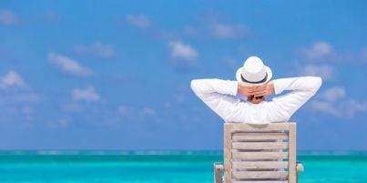 Immagine di un uomo sdraiato davanti al mare