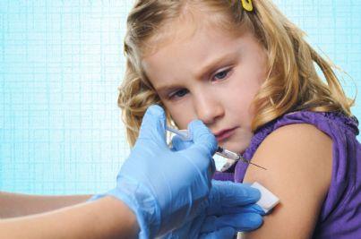 bambina che sta per essere vaccinata