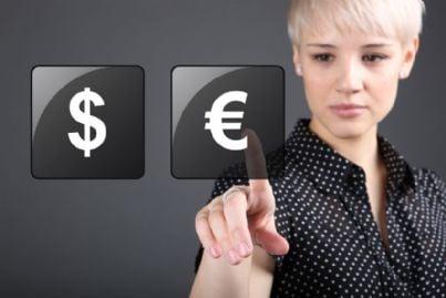 donna sceglie credito tra dollaro e euro