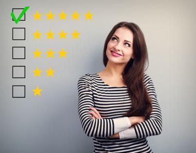 donna che guarda stelle di valutazione per rating