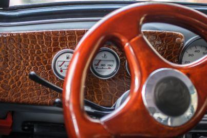 Volante di una vecchia auto da collezione