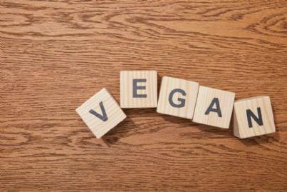 parola vegano su tavolo