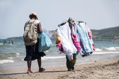 venditori ambulanti sulla spiaggia