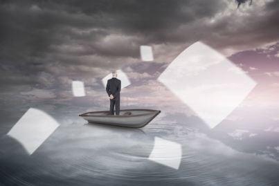uomo in barca che guarda fogli travolti via dalla tempesta