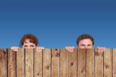 uomo e donna su recinto spiano vicini di casa