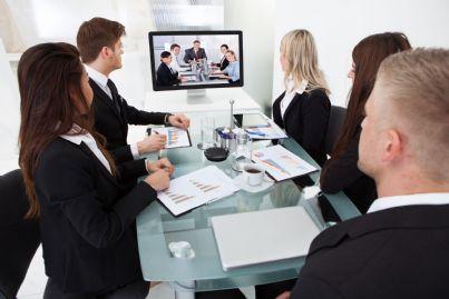 uomini di affari in videoconferenza