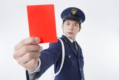 vigile che mostra cartellino rosso