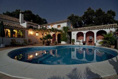 Una villa di lusso con piscina