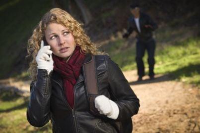 Donna che chiede aiuto al telefono