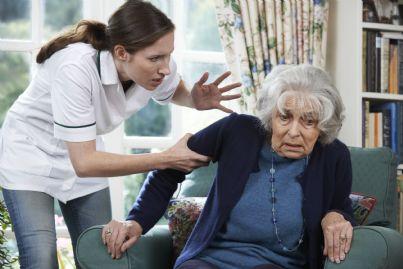 violenza su anziana in casa di riposo