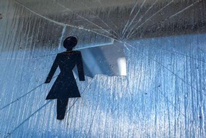 violenza sulle donne simbolo e vetro rotto