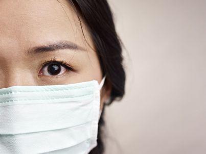 donna cinese con mascherina preoccupata per virus