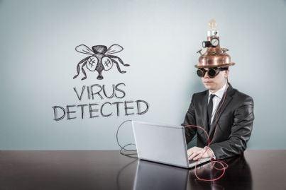 uomo al computer attrezzato contro i virus concept di intercettazioni