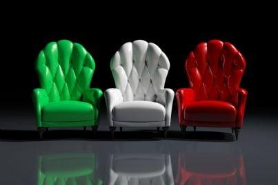 tre poltrone con i colori della bandiera italiana
