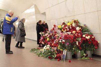 fiori che ricordano vittime terrorismo nella metropolitana di Mosca 2011