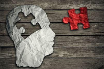 una testa con tessera mosaico mancante concetto malattia mentale