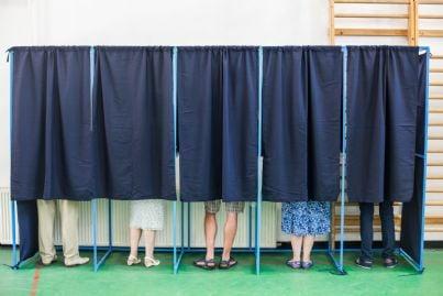 persone che votano nei seggi