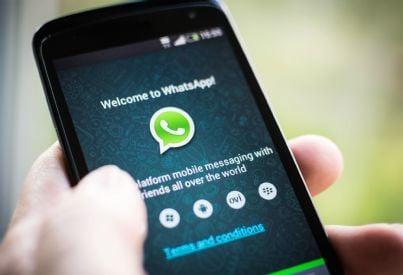 telefono in mano con accesso whatsapp