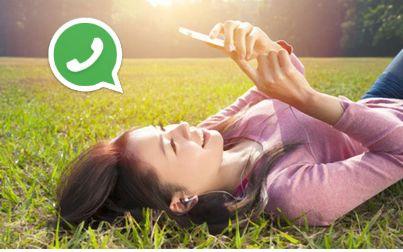 Ragazza che chatta su whatsapp