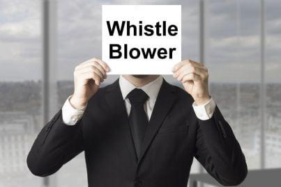 uomo fa whistleblowing denunciando in segreto
