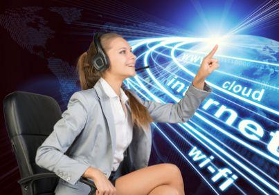 Ragazza che naviga in uno schermo virtuale con la scritta wifi e internet